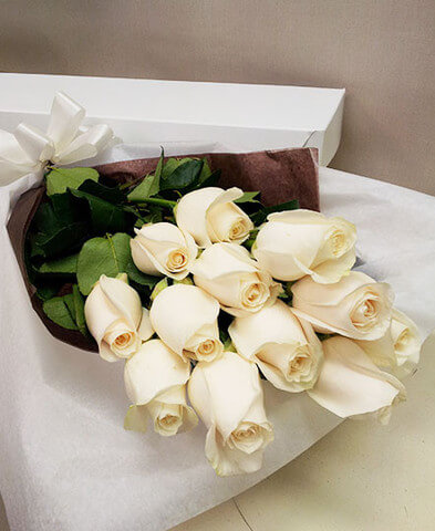 Classic boxed roses – white